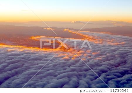남미 안데스 산맥을 덮는 운해가 밝은 새벽 햇빛에 비추어 져 아름답게 빛나는 11759543