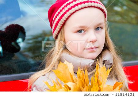 Girl in autumn 11814101