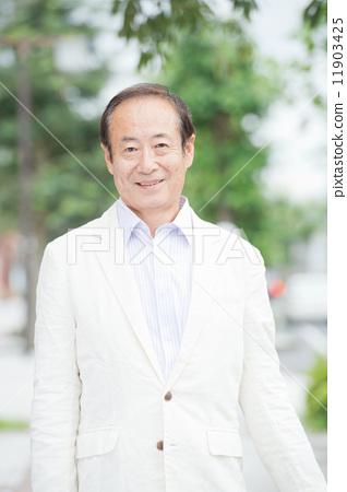 흰색 재킷을 입은 수석 남성 11903425