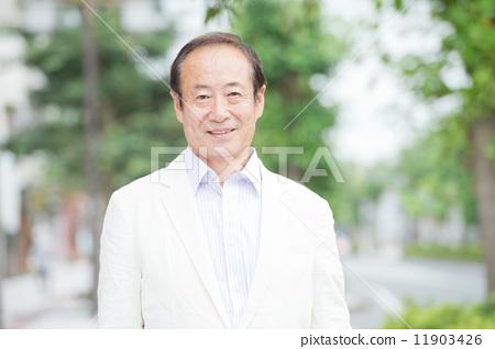 Senior men wearing a white jacket 11903426