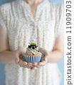 dessert, held, hold 11909703