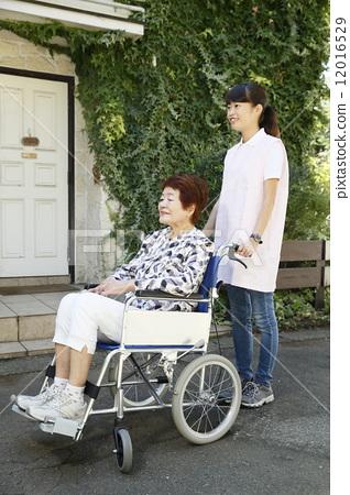 휠체어를 누르면 간병인 12016529