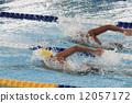 爬行 游泳 游泳者 12057172