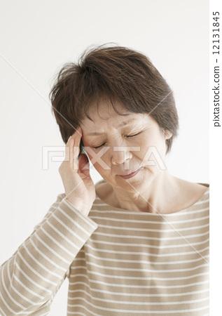 두통의 수석 여성 12131845