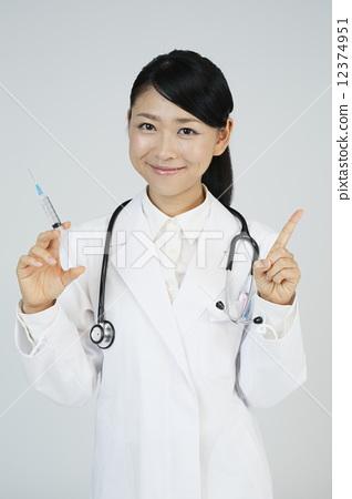 주사기와 여성 의사 12374951