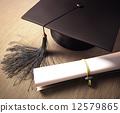 帽子 盖 毕业文凭 12579865