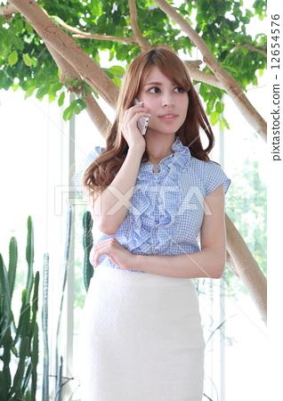 스마트 폰에서 전화 하프 미녀 12654576