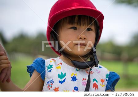 승마 헬멧을 쓰는 여자 12790058