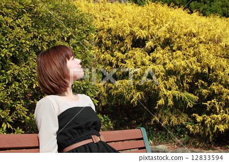 미디엄 보브 헤아의 귀여운 여성 12833594