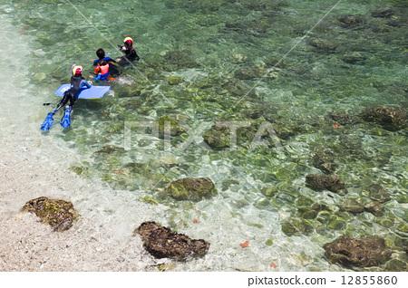 悠閒在海上的浮潛者 12855860