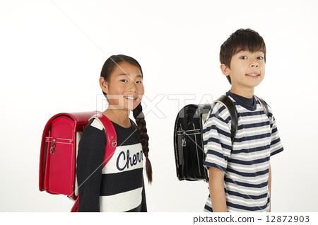 가방을 짊어진 초등학생 12872903