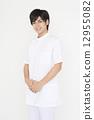 ชายหนุ่มสวมสูทสีขาว 12955082