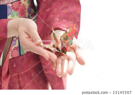 종이학을 가진 기모노를 입은 여성 13145507