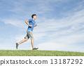 달리기를하는 남성 13187292