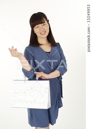 쇼핑 중년 여성 13249953