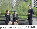 女商人坐長凳和談話與商人 13449689
