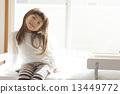 女孩坐在床上 13449772