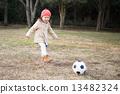 축구를하는 소녀 13482324