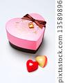 하트 모양 붉은 사과 색의 초콜릿 13589896