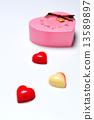 하트 모양 붉은 사과 색의 초콜릿 13589897
