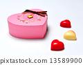 하트 모양 붉은 사과 색의 초콜릿 13589900