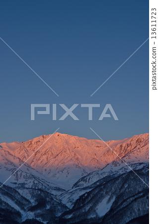 Shinshu北阿尔卑斯山冬天Hakubadake早晨焕发图象 13611723
