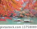 교토 가을의 아라시야마 단풍과 놀잇배 13758089