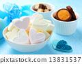 하트 모양 마시마로와 오렌지 초콜릿 쿠키와 코코아 바닐라 쿠키 13831537