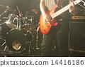 지하 공연장에서 연주하는 록 음악 밴드 라이브 (기타와 드럼) 14416186