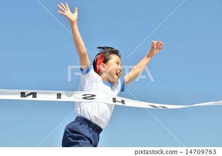 在藍天(運動服,目標磁帶)中運行的女孩 14709763