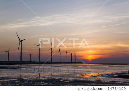 夕陽下的風力發電 14754199