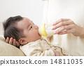 아기에게 우유를주는 엄마 14811035