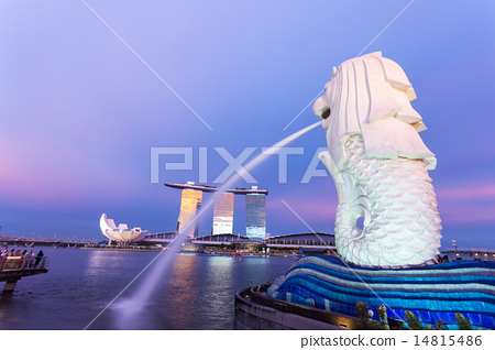 merlion and cityscape of singapore at night 14815486
