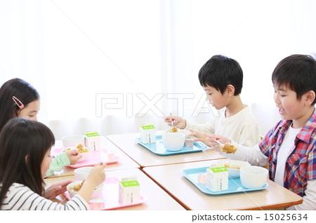 Elementary school student image feeding 15025634
