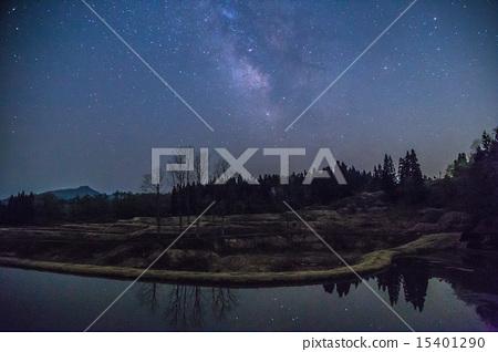 新潟縣長岡市水稻梯田表面反映的銀河系和星星(水平構圖) 15401290