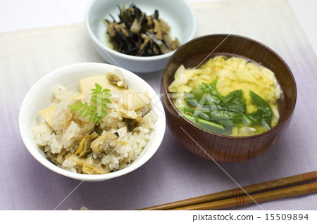 Rice cooked with clams and bamboo shoots 15509894