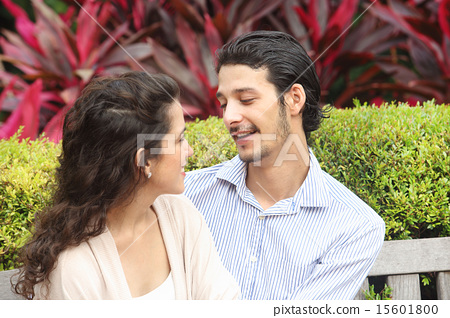 外國人情侶約會在公園裡 15601800