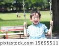 เด็กชายกำลังเล่นกับวงสวิง 15695511