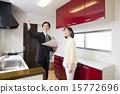 在厨房向商人解释的中间妇女 15772696