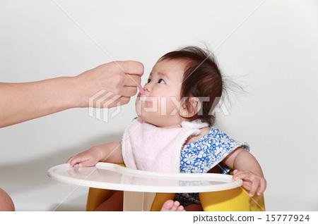 이유식을 먹는 아기 (0 세아) 15777924