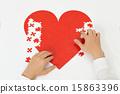 붉은 심장의 퍼즐을 만들어 인간의 손 15863396