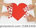 붉은 심장의 퍼즐을 만들어 인간의 손 15863406