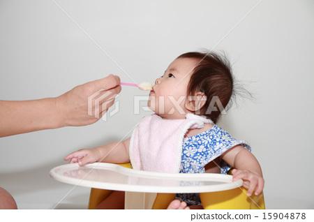 이유식을 먹는 아기 (0 세아) 15904878