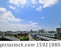 รถไฟโตเกียวเมโทรสายชิโยดะวิ่งบนเมฆสีน้ำเงินเมฆขาวและรถไฟซีรีย์ 05 ที่ยกระดับ 15921980
