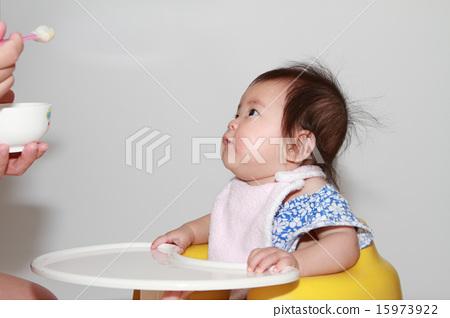 이유식을 먹는 아기 (0 세아) 15973922