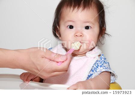 이유식을 먹는 아기 (0 세아) 15973923