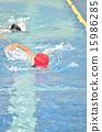 プールで泳ぐ女の子 15986285