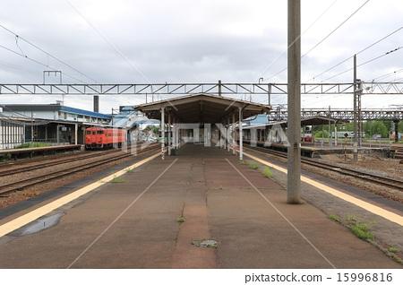 타키가와 역 4 번, 5 호선 섬식에서 역 구내를 바라본다. 15996816