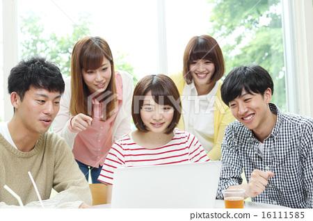 在咖啡館玩電腦的大學生 16111585