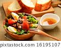 니스 풍 샐러드와 프랑스 빵 16195107
